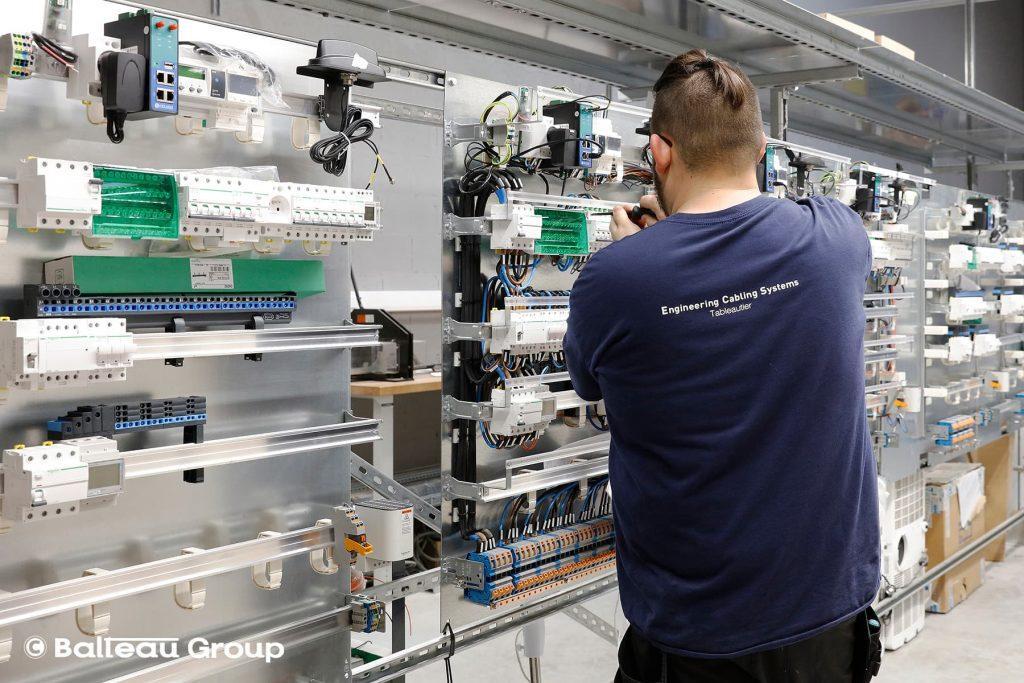 homme travaillant sur des tableaux électriques pour les autoroutes, électricité, éclairage intelligent autoroutes